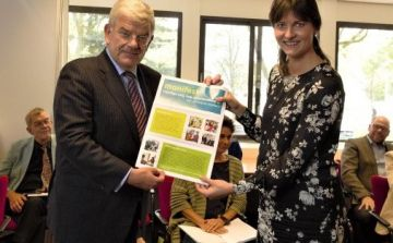 vng-voorzitter-jan-van-zanen-neemt-manifest-in-ontvangst