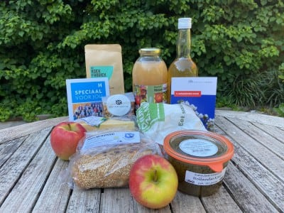 Pakketten vol lokale producten rondgebracht